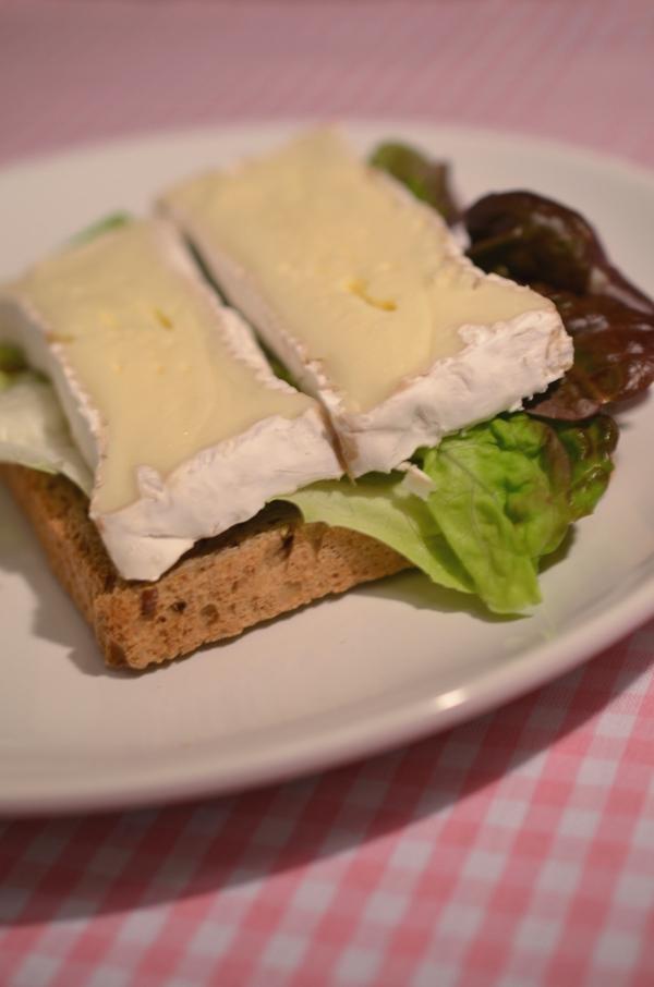 Sandwich mit Salatblatt und Camembert
