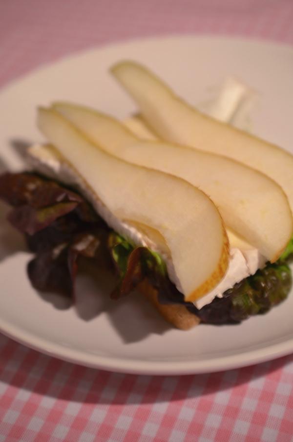 Sandwich mit Salatblatt, Camembert und Birne