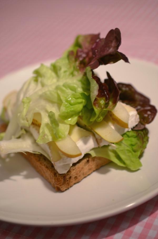 Sandwich mit Salat, Camembert und Birnen