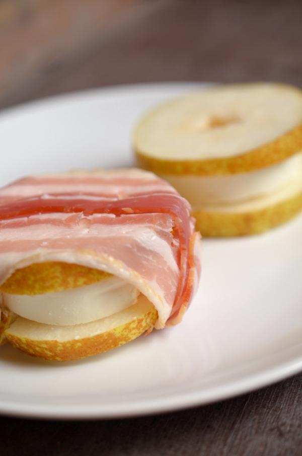 Zubereitung: Ziegenkäse-Birnen-Taler mit Bacon umwickelt
