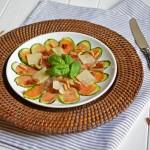 Zucchini-Carpaccio mit Serranoschinken, getrockneten Tomaten, Pinienkernen, Parmesan und Basilikum