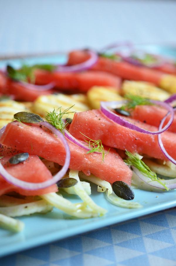 Melonen-Fenchel-Salat mit roten Zwiebekn, Kürbiskernen und gegrilltem Haloumi
