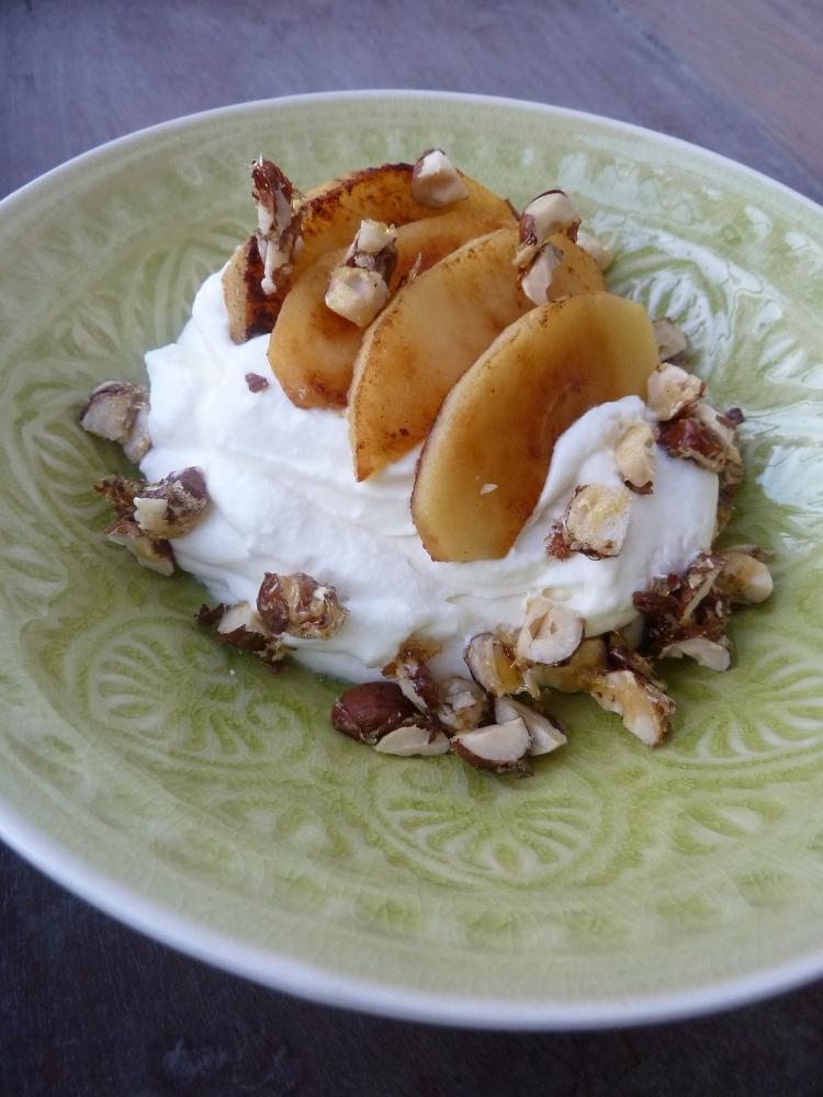 Mascarpone-Creme mit Karamellisierten Äpfeln und Nüssen