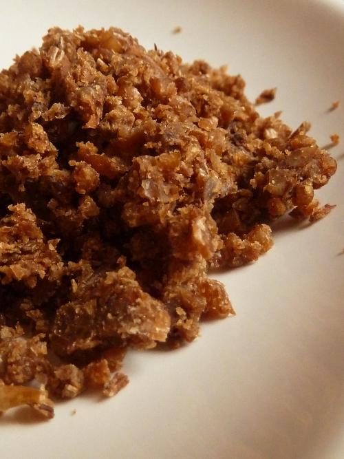 Zutaten für rheinische Häppchen: Pumpernickel zerbröselt