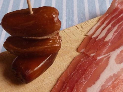 Zutaten für spanische Tapas: Datteln und Speck