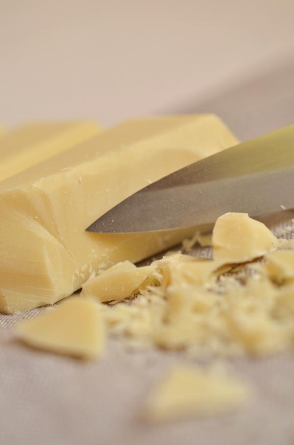 Weiße Schokolade raspeln (Großaufnahme)