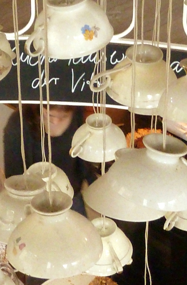 Lampe aus fliegenden Tassen im Café Hüftgold in Düsseldorf Flingern