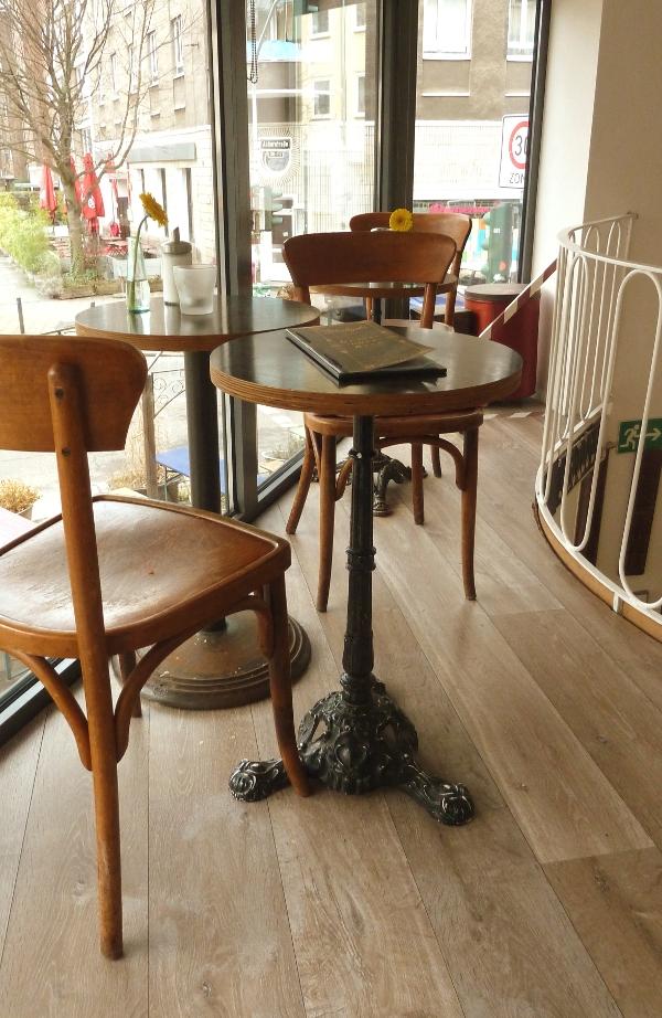 Tisch auf der Empore im Café Hüftgold