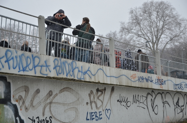 Düsseldorf: Menschen auf dem Tausendfüßler
