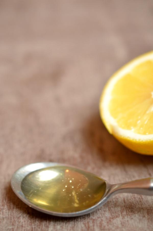 Hot Toddy: Teelföffel mit Honig und Zitrone