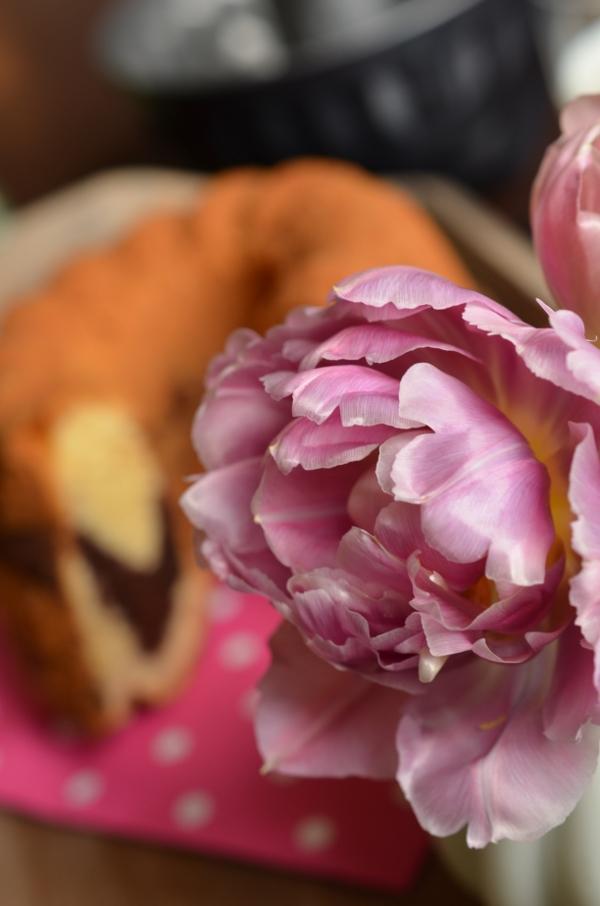 Gedeckte Kaffeetafel mit Blumen und dem besten Marmorkuchen der Welt