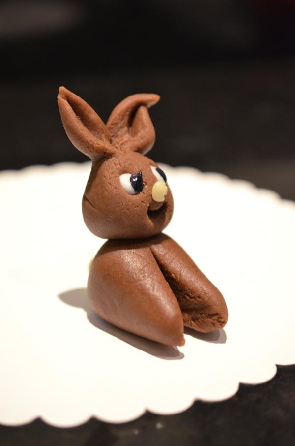 Osterdeko für die Torte: Marzipanhaase - Schritt 6