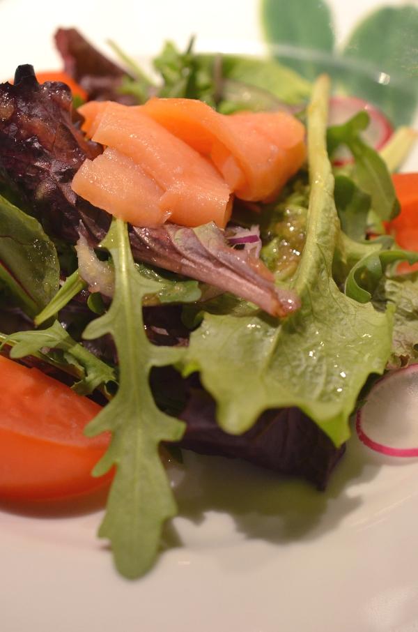Salat mit Lachs im Restaurant Benkay Teppanyaki im Hotel Nikko Düsseldorf
