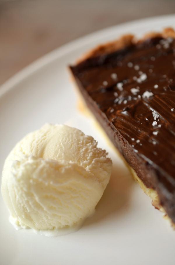 Dessert: Fior-di-Latte-Eiscreme an Schokoladen-Chili-Tarte mit Meersalz - 1