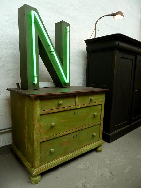 Vintagemöbel: Kommode und Neon-Leuchtbuchstabe