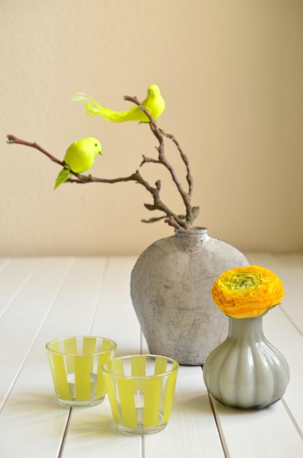 Gelbe Frühlingsdeko mit Vögeln, Ranunkel und selbstgemachten Windlichtern