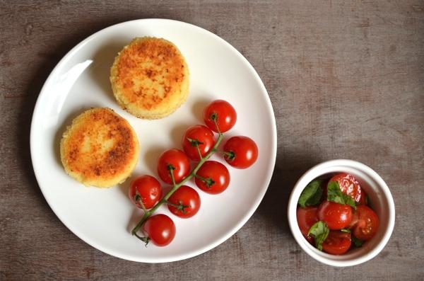 Vegetarische Frikadellen-Variante: Cous-Cous-Bouletten mit Tomatensalat