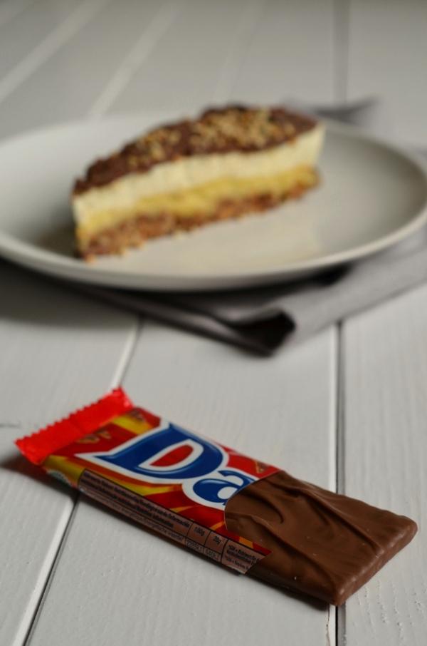 Mandel-Krokant-Torte mit aufgerissenem Daim-Riegel