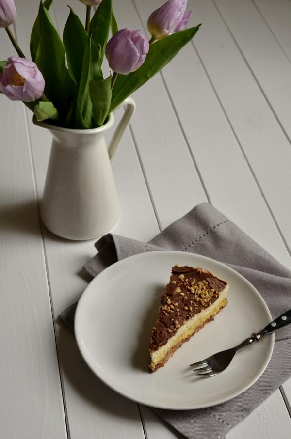 Ein Stück mandel-Krokant-Torte mit Tulpen