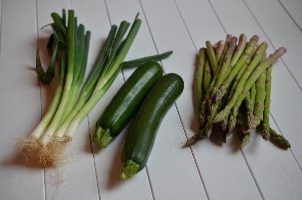 Frühlingszwiebeln, Zucchini und grüner Spargel