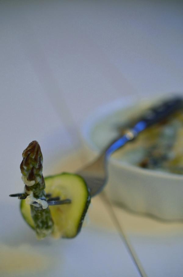 Zucchini und grüner Spargel auf der Gabel