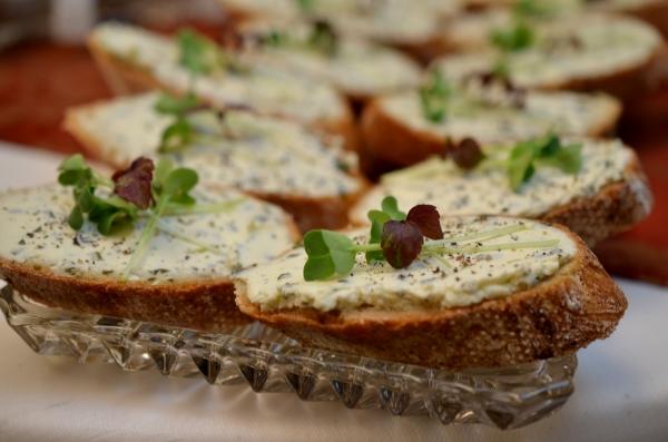 Amuse-Bouche: Bärlauch-Frischkäsecreme auf Baguette
