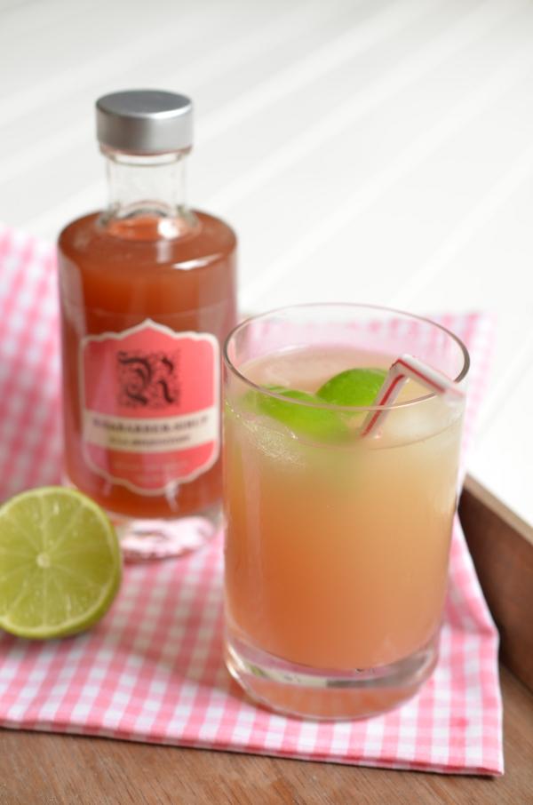 Glas mit Rhabarberschorle aus selbstgemachtem Sirup