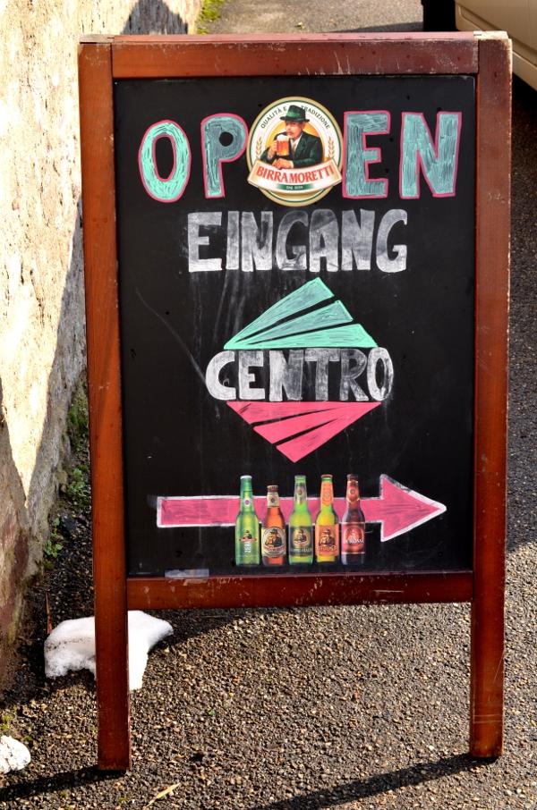 Tafel vor dem italinenischen Supermarkt Centro