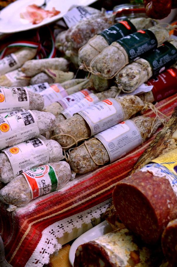Italienische Salami im Supermarkt Centro