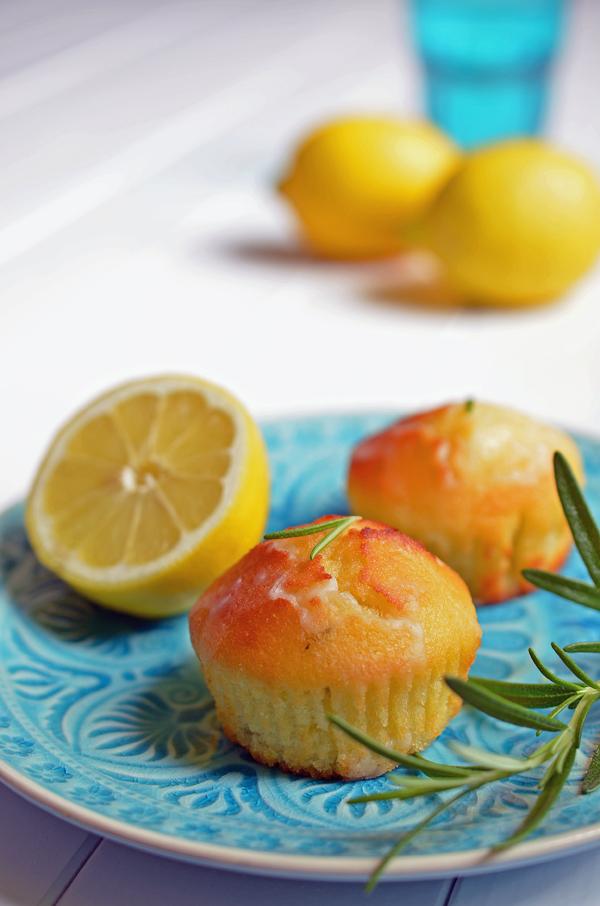 Rezept auf www.rheintopf.com: Ziitronenküchlein mit Rosmarin und Olivenöl - auf türkisfarbenem Teller