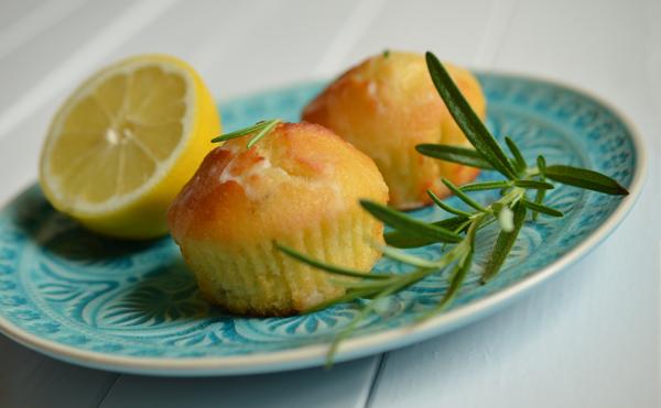 Rezept auf www.rheintopf.com: Ziitronenküchlein mit Rosmarin und Olivenöl - Dekoration mit Rosmarinzweig