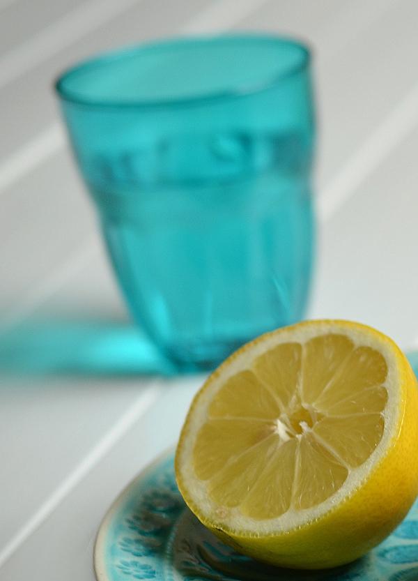 Deko für die sommerliche Kaffeetafel: Türkisfarbene Gläser und Zitronen