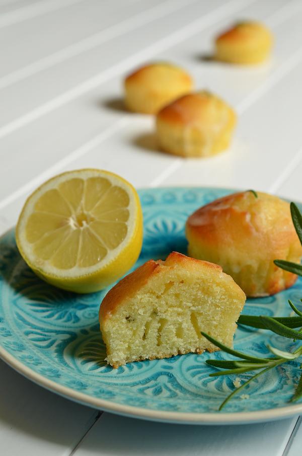 Rezept auf www.rheintopf.com: Ziitronenküchlein mit Rosmarin und Olivenöl - angeschnitten