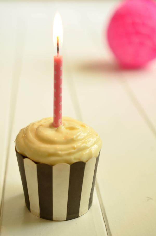 Himbeercupcakes mit Geburtstagskerze und Pompom von der Partyerie