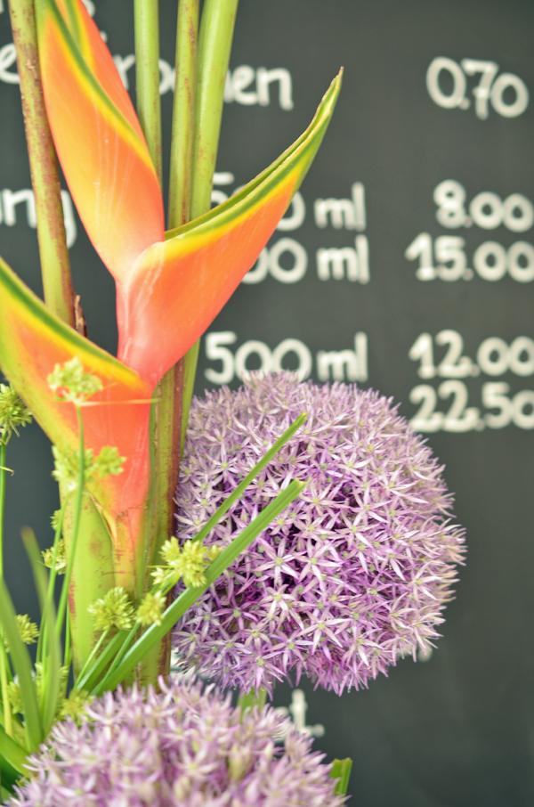 Blumendeko in der Eisdiele Nordmanns Eisfabrik in Düsseldorf Flingern