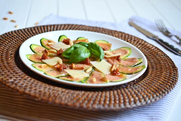 Mediterranes Zucchini-Carpaccio mit Serranoschinken, getrockneten Tomaten, Pinienkernen, Parmesan und Basilikum