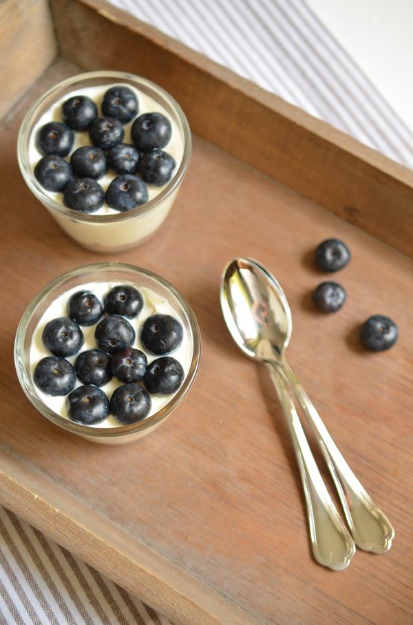 Blaubeer-Cheesecake mit Philadelphia und Amarettini im Glas