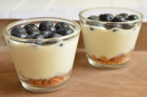 Blaubeer-Cheesecake mit Frischkäse und Amarettini im Glas