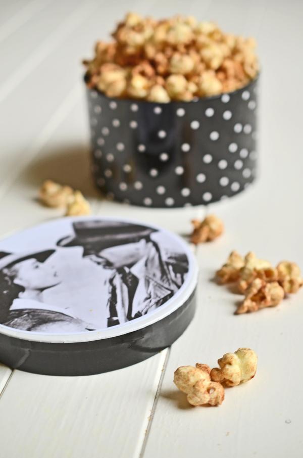 Süßes Popcorn mit Zimt und Zucker