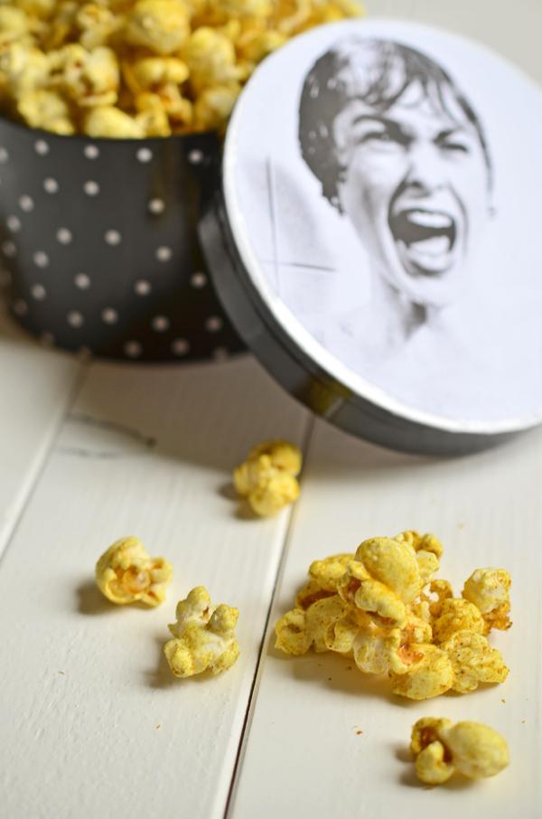 Herzhaftes Popcorn mit Salz und Curry
