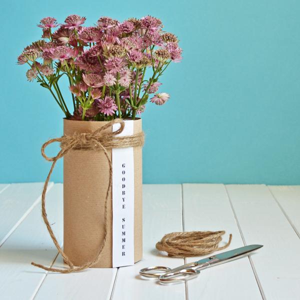 Sommer-Herbstdeko mit Blumen und selbstgemachter Vase