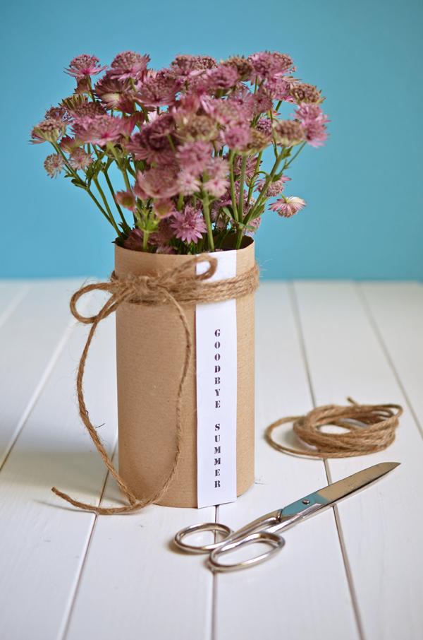 Spätsommerliche Herbstdeko: Selbstgebastelte Vase mit Blumen