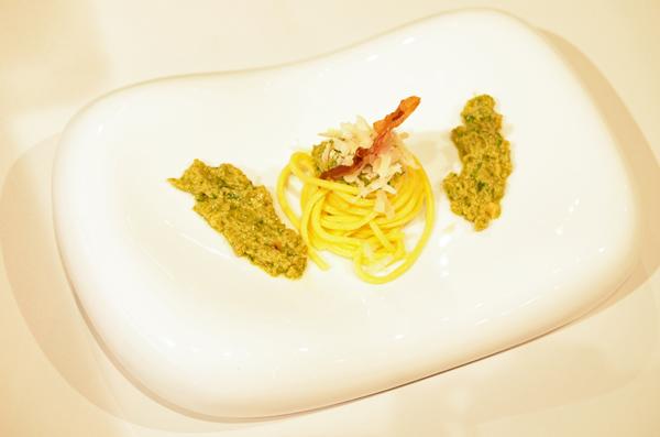 Pasta mit Avocado-Walnuss-Pesto mit knusprig gebratenem Serranoschinken