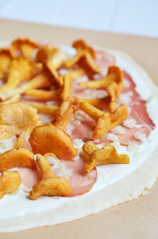 Leckerer Flammkuchen-Belag: Pfifferlinge, Speck und Crème fraîche