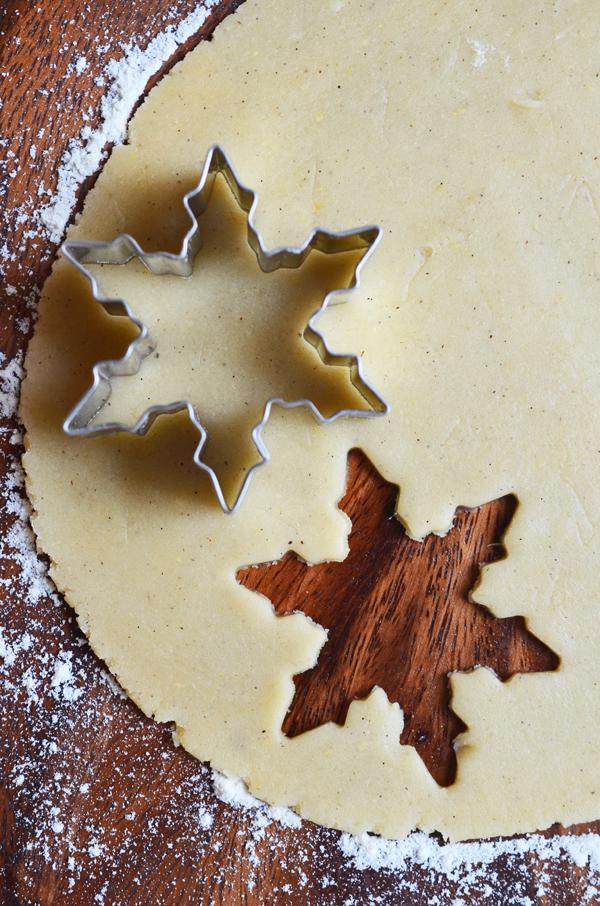 Butterolätzchen: ausgerollter Plätzchenteig mit Schneeflocken-Ausstechförmchen