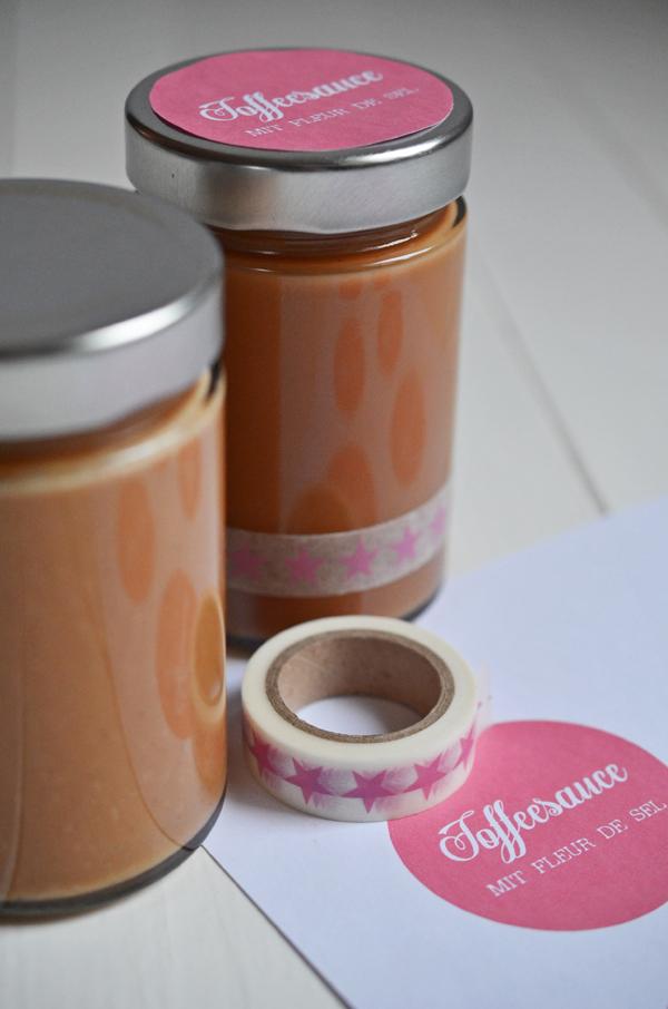 Geschenke hübsch verpacken: Etiketten und Maskingtape für Gläser mit Tofeesauce