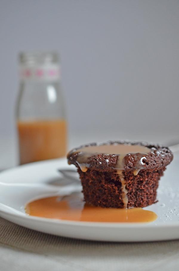 Geschenk aus der Küche: Weihnachtliches Schoko-Zimt-Küchlein mit selbstgemachter Tofeesauce