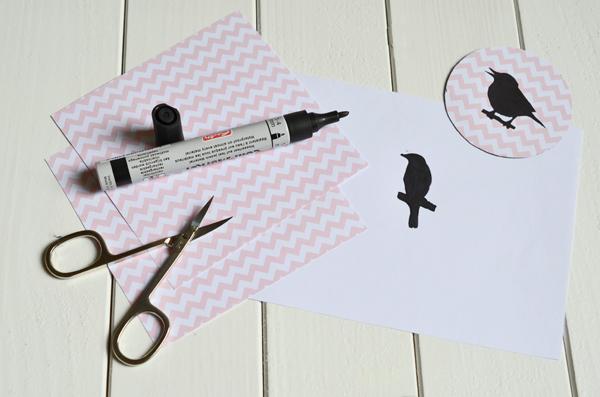 Vogelsilhouetten werden auf Chevronpapier geklebt