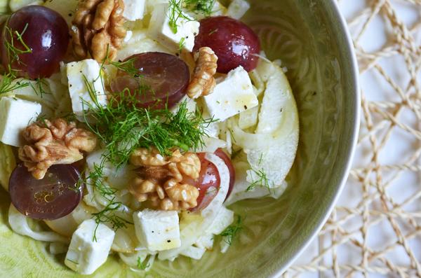 Fenchelsalat mit Trauben, Birne und Schafskäse