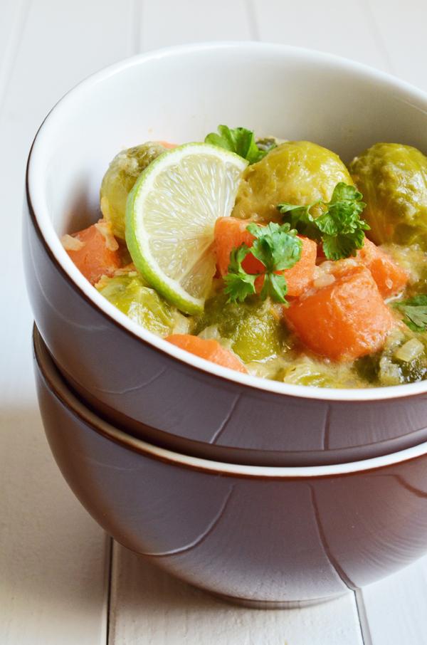 Rosenkohl-Möhren-Curry mit Kokosmilch und Limettensaft